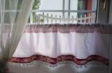 Růže na růžové - vitrážová záclonka MeeMee